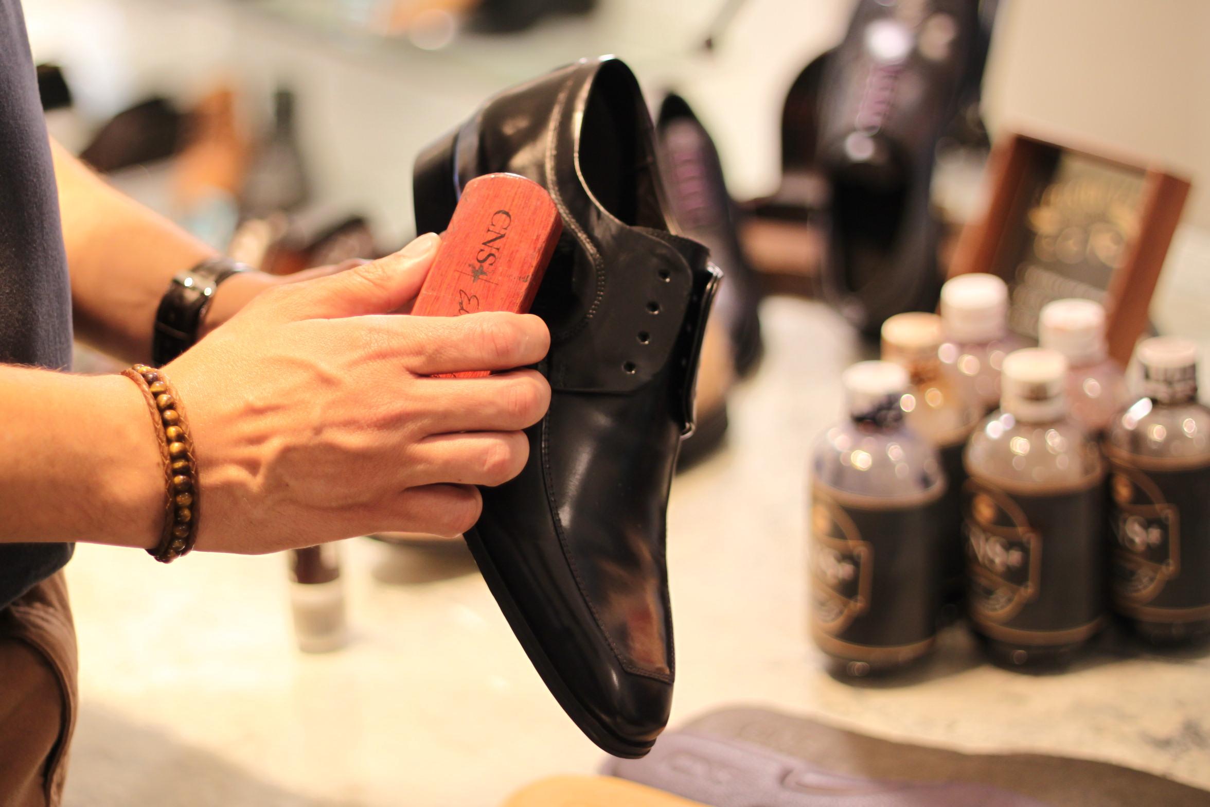 como limpar sapato de couro